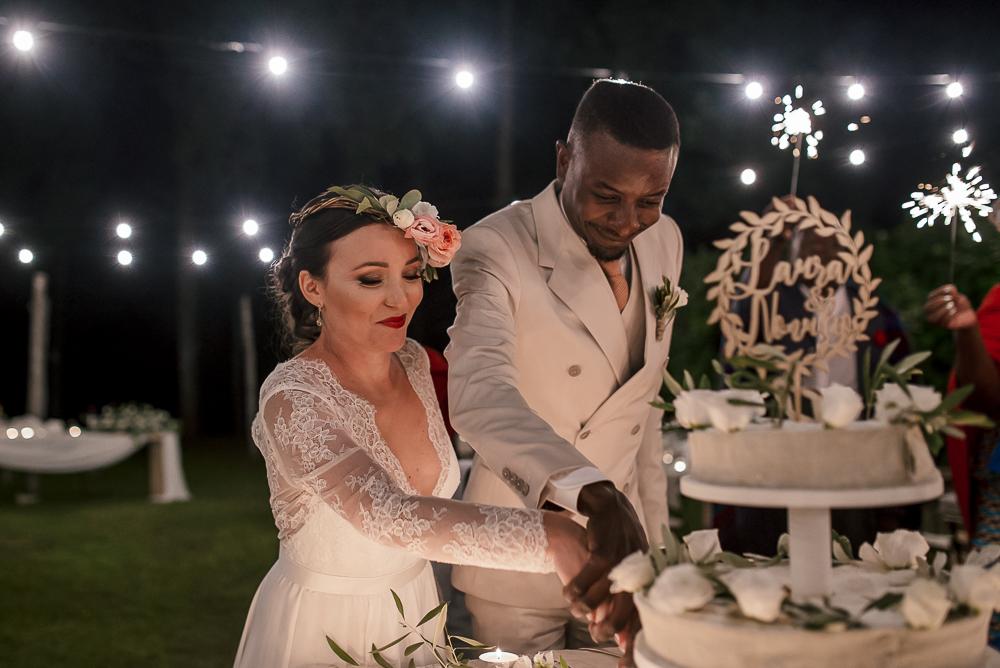 wedding photographer tuscany italy cake cutting